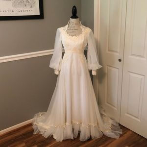 Dresses & Skirts - VINTAGE ORGANZA LACE IVORY CREAM WEDDING GOWN